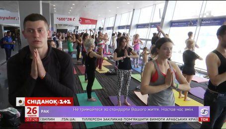"""В аеропорту """"Бориспіль"""" провели заняття з йоги"""