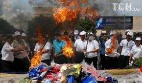У Камбоджі публічно спалили тисячі наркотиків до Міжнародного дня боротьби з наркотичними засобами