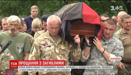 На Львівщині сотні людей прийшли попрощатись з двома загиблими на фронті бійцями