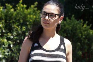 Без макияжа и с обнаженной спиной: Мила Кунис с дочерью сходила за покупками