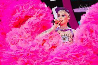 В трико со стразами: Кэти Перри на музыкальном фестивале в Гластонбери