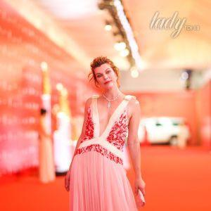 Без комплексов: Мила Йовович надела платье с глубоким декольте
