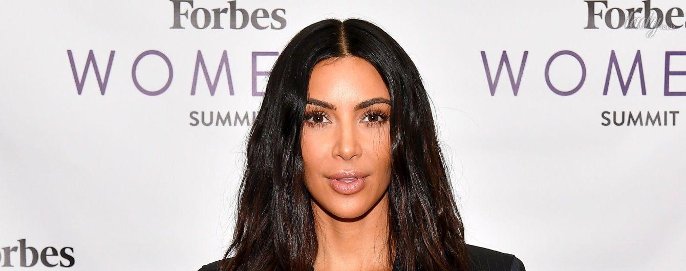 С глубоким декольте и тонкой талией: Ким Кардашьян продемонстрировала эффектный деловой образ