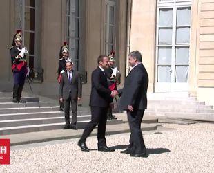 Порошенко та Макрон тепло привітались перед переговорами у Парижі