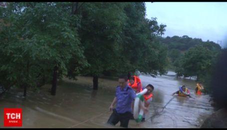 Жахлива повінь зруйнувала майже 400 будинків у Китаї
