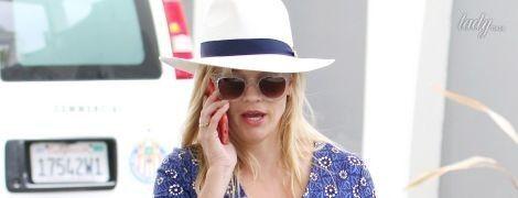 В мини-платье и белой шляпе: Риз Уизерспун на улицах Беверли-Хиллз