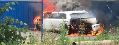 В Киеве неизвестные подожгли лимузин