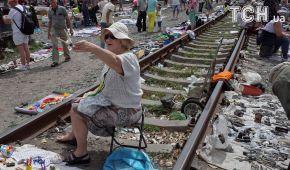 На рельсах и в пыли. Reuters показало, как торгуют продавцы киевского блошиного рынка