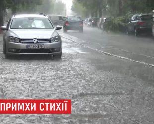 Потужна злива у столиці затопила вулиці та ускладнила рух авто