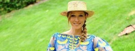 В ярком мини и соломенной шляпе: Катя Осадчая похвасталась новым фото