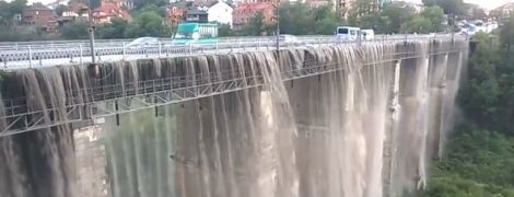 В Каменце-Подольском после ливня мост превратился в водопад