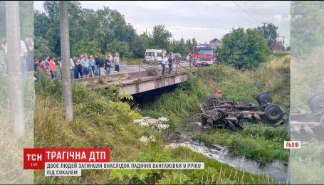 На Львовщине грузовик упал с моста, есть погибшие