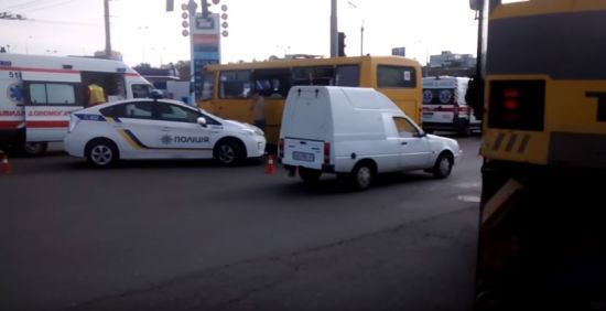 На столичній Петрівці зіткнулись маршрутка з пасажирами та екскаватор