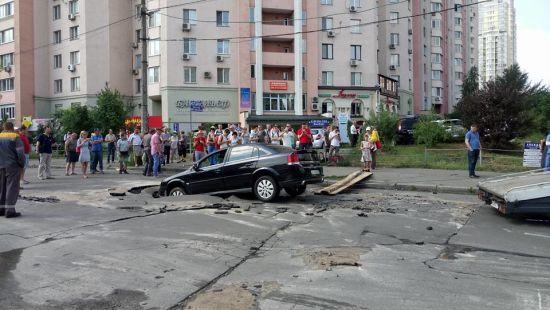 У Києві авто з немовлям частково провалилося під асфальт