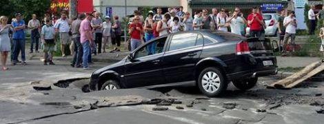 В Киеве авто с младенцем частично провалилось под асфальт