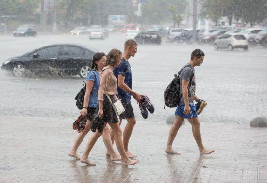Мокра субота та неспекотна неділя. Синоптики спрогнозували погоду на вихідні