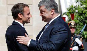 Безудержные эмоции и дружеские объятия. Первая встреча Порошенко и Макрона в фото