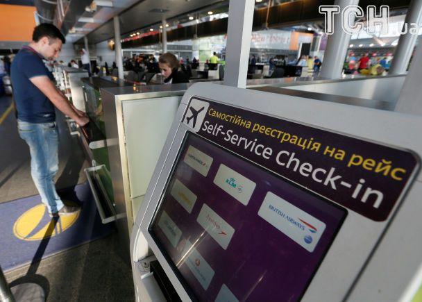 """В аэропорту """"Борисполь"""" второй день очереди: то хакерная атака, то птица в турбине самолета"""