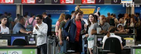 """В аеропорту """"Бориспіль"""" другий день виникають черги: то хакерна атака, то пташка в турбіні літака"""
