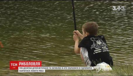 Дети ветеранов и погибших АТОшников собрались у столичного озера, чтобы научиться рыбачить