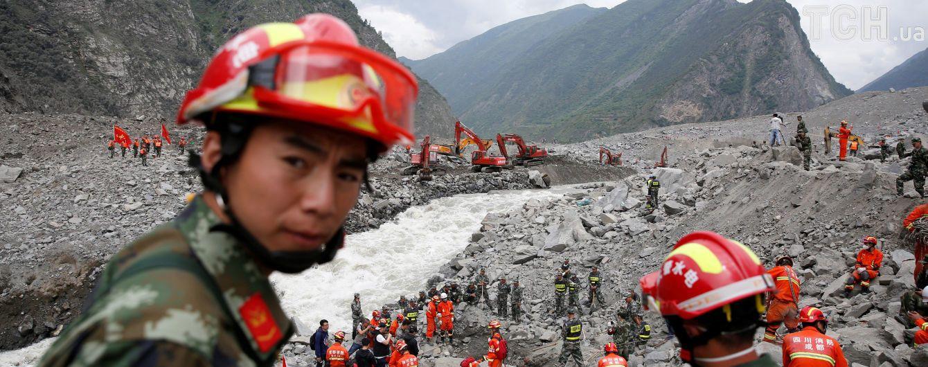 Термінова евакуація та десятки жертв: Китай атакували потужні дощі та повені