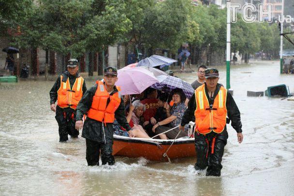 УКитаї внаслідок потужних злив було евакуйовано понад півмільйона людей