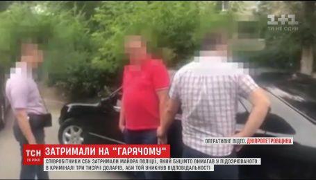 На Днепропетровщине майор пытался брал взятку прямо под участком полиции