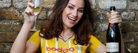 Ефектна модель презентувала нову форму шотландського клубу голими грудьми
