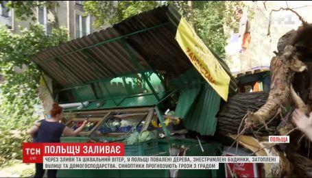Потрощені авто та знесені дахи: Польщею пронеслася руйнівна стихія