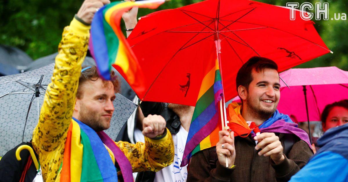 Люди отмечают одобрение легализации однополых браков под парламентом.