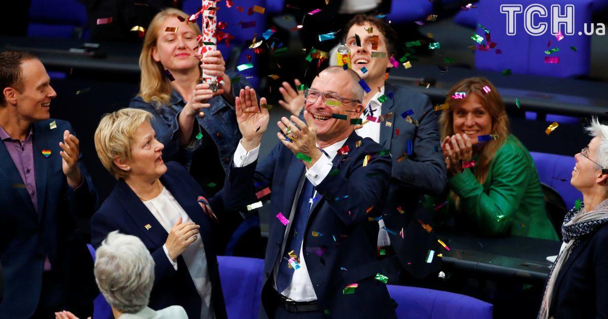 """Фолькер Бек из партии """"зеленых"""" празднует одобрение однополых браков."""