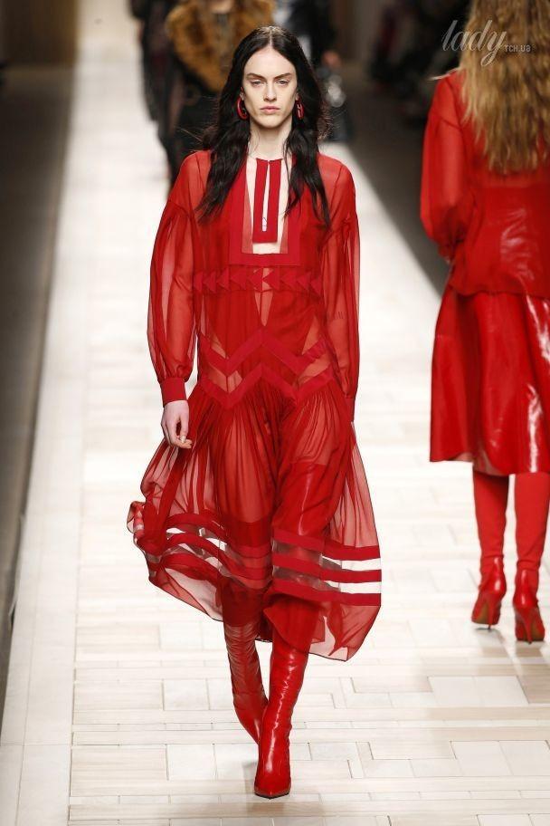 Алые ботфорты и прозрачные платья в коллекции Fendi сезона осень-зима 2017-2018