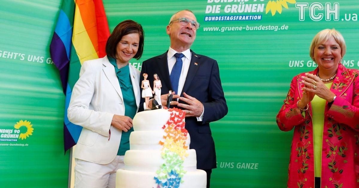"""Немецкая политическая партия """"Зеленые"""" отпраздновала решение парламента радужным тортом."""