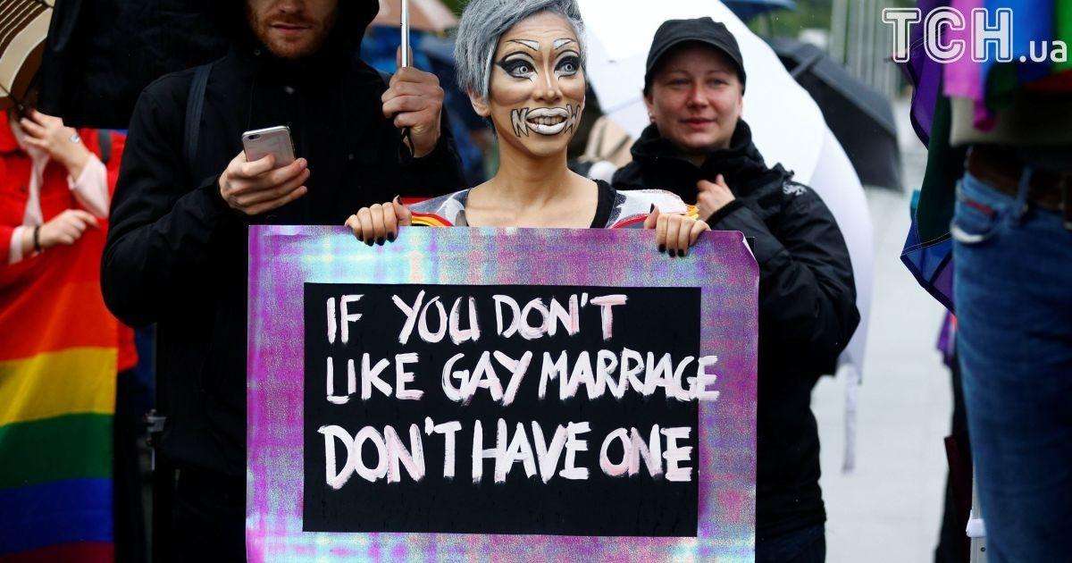 """""""Ты против однополого брака – просто не вступай в него"""", – лозунг одного из демонстрантов."""