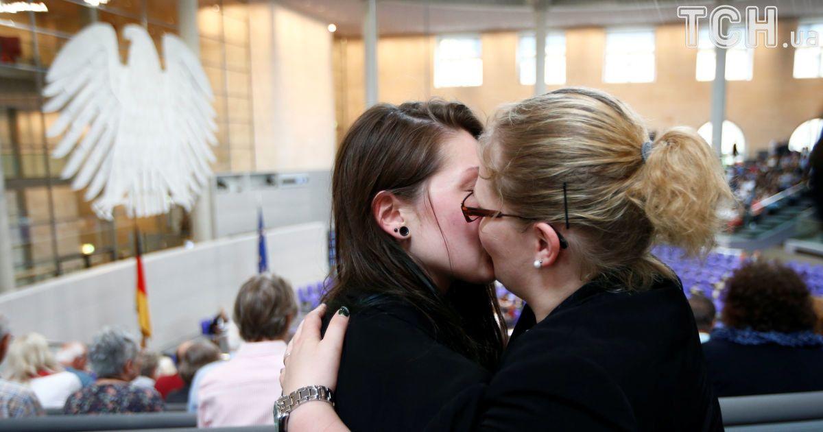 Немецкий парламент легализовал однополые браки.