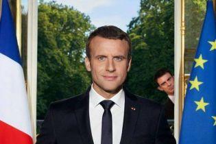 Официальный портрет Макрона превратился в популярный мем в Сети