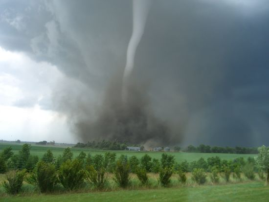 Діти з епіцентру буревію на Чернігівщині розповіли, як потужний вітер відірвав їх від землі