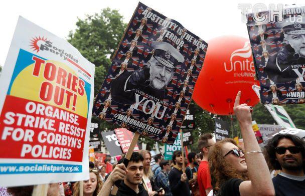 """""""Торі - на вихід"""". У Лондоні тисячі людей протестували проти Терези Мей"""
