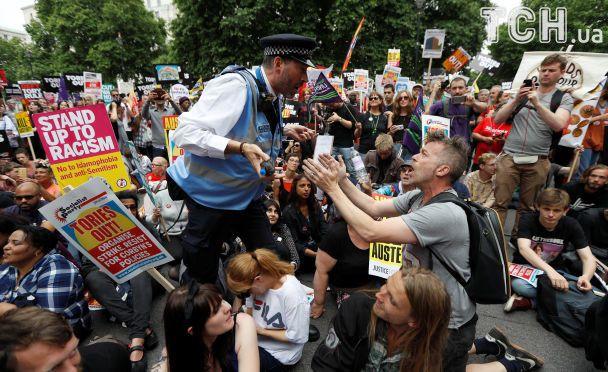 """""""Тори - на выход"""". В Лондоне тысячи людей протестовали против Терезы Мэй"""