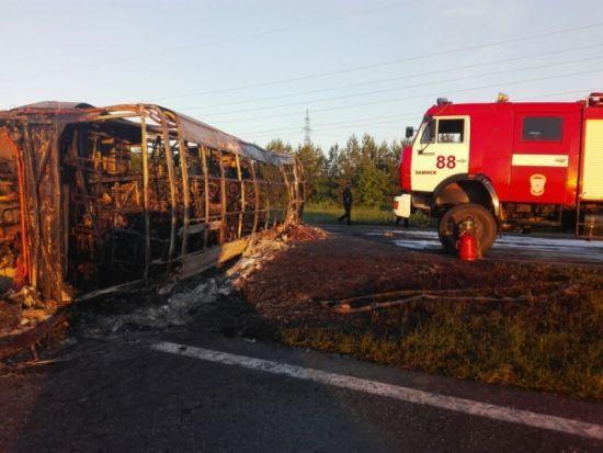 У Росії автобус після зіткнення з бензовозом перекинувся і загорівся