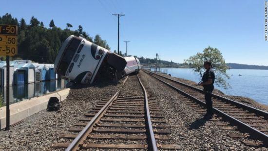 У США потяг з 250 пасажирами зійшов з рейок