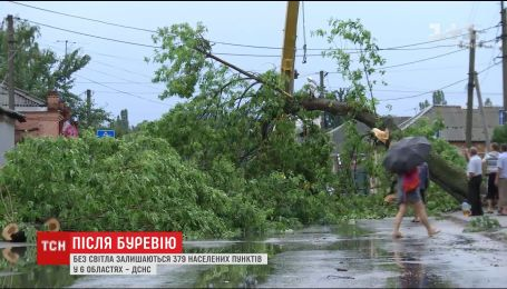 Сотні населених пунктів лишились без світла внаслідок руйнівного буревію