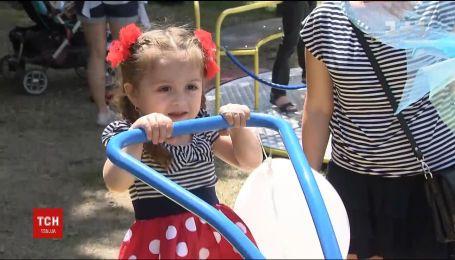 У Ботанічному саду столиці з'явився майданчик, обладнаний для дітей з особливими потребами