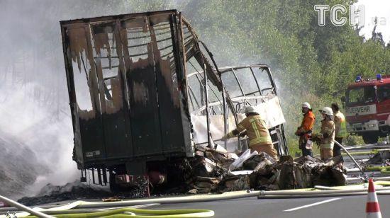 У Німеччині пасажирський автобус влетів у вантажівку та загорівся: десятки людей постраждали