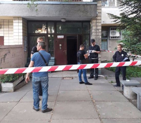 У Києві в під'їзді знайшли чоловіка з простреленою головою