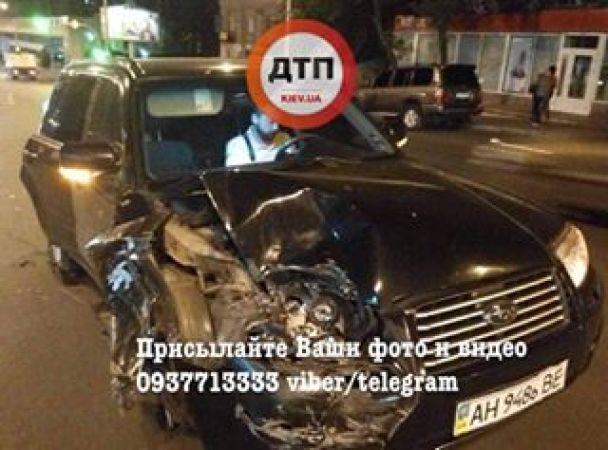 В Киеве пьяная женщина-водитель гоняла по тротуару, снесла несколько бордюров и врезалась в Renault