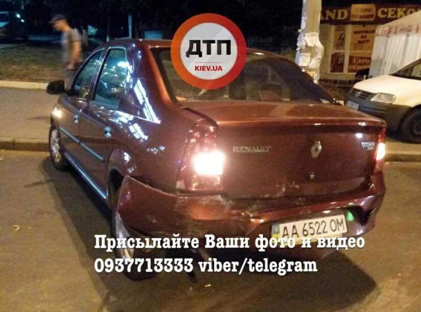 У Києві п'яна водійка ганяла тротуаром, знесла декілька бордюрів і врізалася в Renault