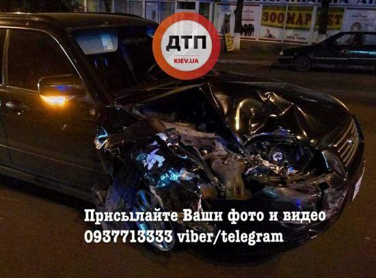 У Києві п'яна водійка ганяла по тротуару, знесла декілька бордюрів і врізався в Renault