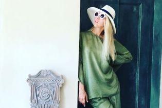 Стильные луки, селфи в туалете и вкусная еда: Оля Полякова поделилась снимками с отдыха