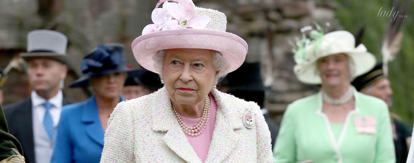 В красивом наряде и с ярким макияжем: королева Елизавета II на Садовой вечеринке